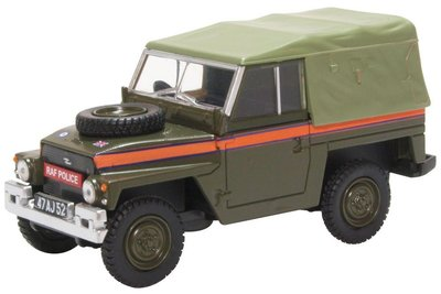 Oxford 1:43 Land Rover Light Weight Canvas RAF Police, in vitrine