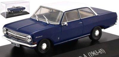 Atlas 1:43 Opel Rekord A 1963-65 blauw wit in vitrine