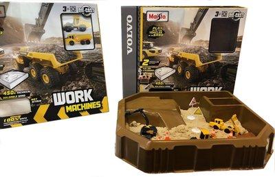 Maisto 3 inch Volvo Sand Theme Work Machines, Set 4 stuks Volvo met Accessoires en 100 gr zand