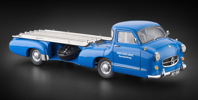CMC 1:18 Mercedes Benz Renntransporter The Blue Wonder 1954/55 blauw, in luxe leren verpakking