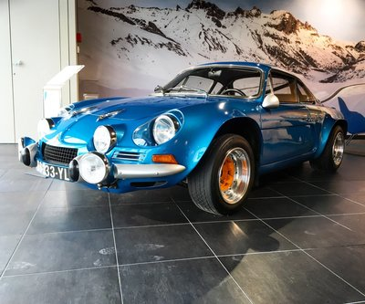 GT Spirit 1:8 ALPINE A110 1800 GROUPE 4 Alpine blue 1973 in vitrine. Levering 08-2020. Te reserveren