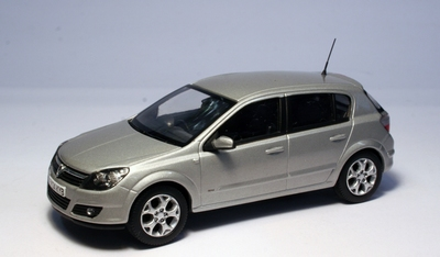 Vanguards 1:43 Vauxhall Astra 5 deurs 2004 zilver