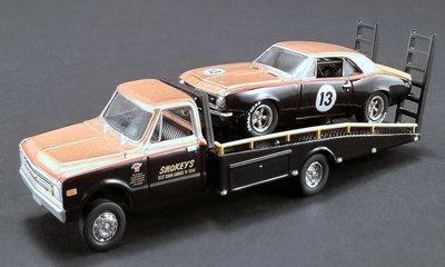 ACME 1:64 Chevrolet Camaro no13 Smokey Yunick 1967 met Chevrolet C10 Ramp Truck