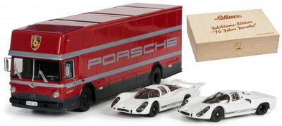 Schuco 1:43 set 70 jahre Porsche, met Mercedes Transport bus en 2 Porsche's in luxe houten kist