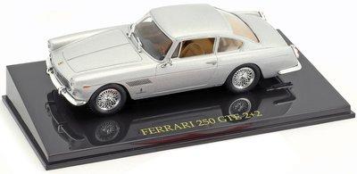 Atlas 1:43 Ferrari 250 GTE 2 + 2 zilver, in vitrine